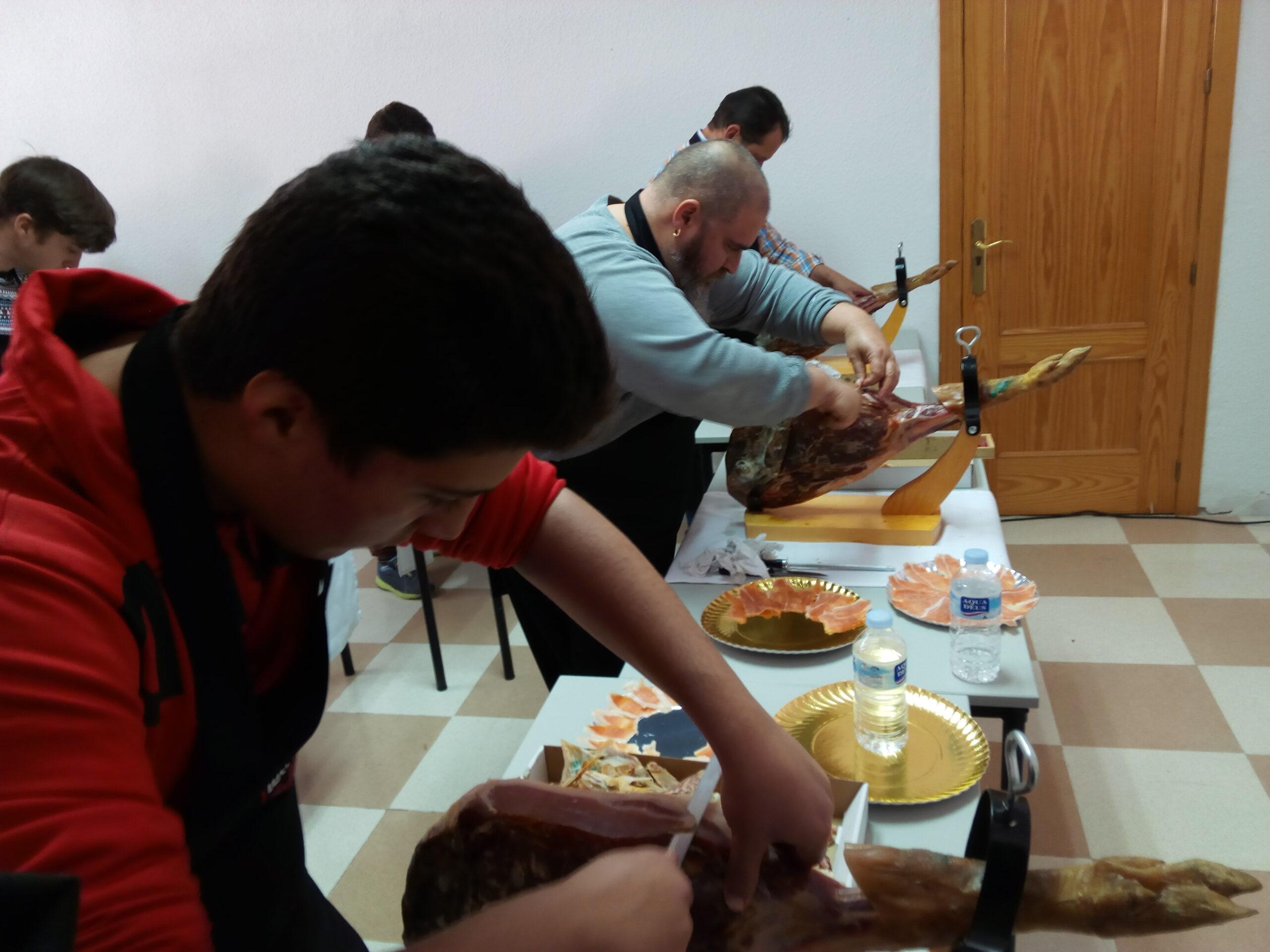 Alumnos cortando jamón